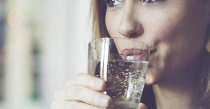 zena-pije-vodu